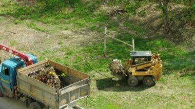 Cargas de tractor camión de basura — Vídeo de stock
