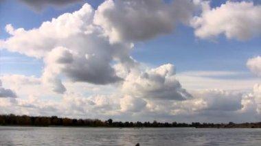 čas zanikla mraky nad řekou ob na podzim — Stock video
