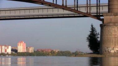 Fishermen under a bridge in Novosibirsk — Stock Video