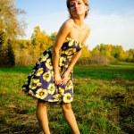 Молодая женщина, танцы в Осенний парк — Стоковое фото