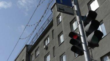 Dopravní světla v centru města na dovolenou — Stock video
