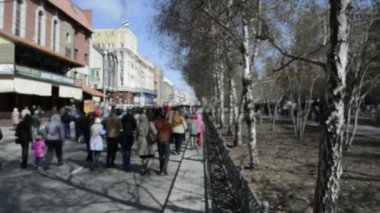 Están caminando por la calle durante el festival — Vídeo de Stock