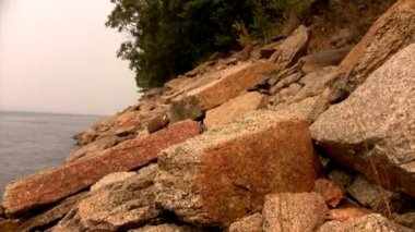 Time lapse view of the rocky shore of the river — Stock Video