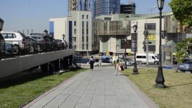 一个年轻女人穿过城中心 — 图库视频影像