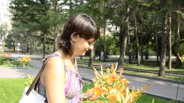 Joven embarazada oler las flores — Vídeo de stock