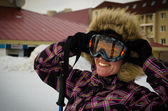 Mujer joven con tabla de snowboard en la cima de la montaña — Foto de Stock