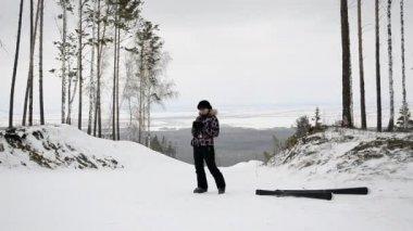 Fotografías de esquiador en el bosque de invierno en la cima de la montaña — Vídeo de stock