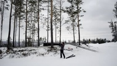 Mujer joven fotografiada en el bosque de invierno — Vídeo de Stock