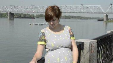 Gravid vacker ung kvinna av vallen — Stockvideo