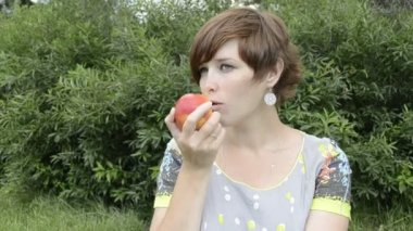 Pregnant woman eating apple — Stock Video