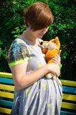 Mujer embarazada con fox de peluche — Foto de Stock