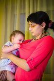 голодный ребенок в руках матери — Стоковое фото