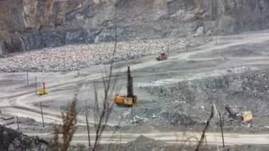 Machines excavate soil in an open pit — Vídeo de Stock