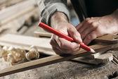Cieśla, znakowanie drewniane deski — Zdjęcie stockowe