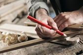 Timmerman markering een houten plank — Stockfoto