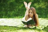 Libro de lectura de mujer joven — Foto de Stock
