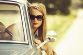 Arabada güzel genç kız. — Stok fotoğraf