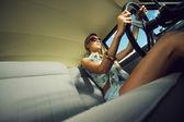 Mujer joven en un coche antiguo — Foto de Stock