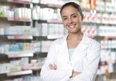 Ritratto di sorridente farmacista donna in farmacia — Foto Stock