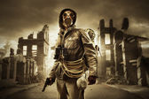 Post-apocalyptische overlevende in gas masker — Stockfoto