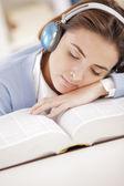спать на открытой книги — Стоковое фото