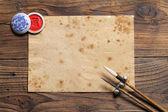 Pinceaux chinois sur planche de bois — Photo