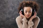 Ung kvinna njuter musik — Stockfoto