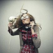 Secagem cabelo mulher nerd — Foto Stock