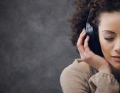 年轻女子享受音乐 — 图库照片