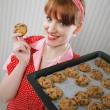 Beautiful woman holding hot roasting pan with chocolate cookies — Stock Photo