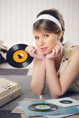 Een vrouw die luisteren naar een record — Stockfoto