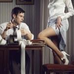 giovane donna sexy dimostra una gamba per un uomo d'affari — Foto Stock #24313905