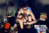 在电视上玩视频游戏的玩家书呆子 — 图库照片