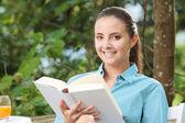 Flicka som läser en bok — Stockfoto