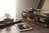 Équipement de voyage vintage sur table — Photo