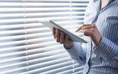 Femme à l'aide de tablette numérique — Photo