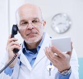 Médecin sur le téléphone — Photo