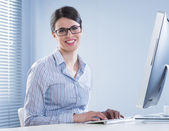 Cute businesswoman smiling at desk — Stock Photo