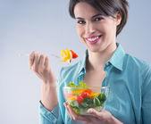 Ung kvinna äta sallad — Stockfoto