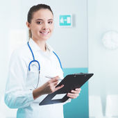 Ung vacker läkare — Stockfoto