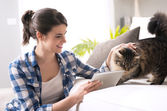 Woman and cat in the living room — Stock Photo