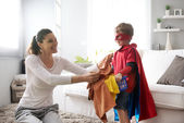 彼の母を助ける小さなスーパー ヒーロー — ストック写真