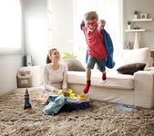 Little superhero helping his mother — Stockfoto
