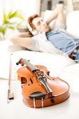 Музыкант, отдыхаете дома — Стоковое фото