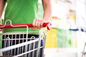 ショッピングカートを持つ女性 — ストック写真