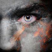 Ancien modèle de plaque de métal rouillé sur le visage de l'homme — Photo
