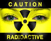Radioaktiva tecken målade på en kvinna ansikte — Stockfoto