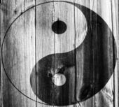Das ying-yang-zeichen auf hölzerne mauer gemalt — Stockfoto