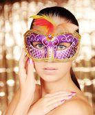 Krásná mladá žena v karnevalové masce — Stock fotografie