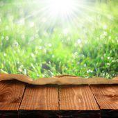 Leere tabelle und frischem grünem hintergrund — Stockfoto